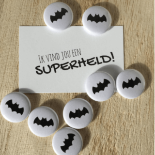 trakteren-superhelden-kinderfeestje-button-superheldenshop