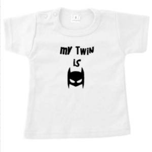 babytshirt my twin is batman tweeling superheld
