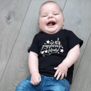 Dit tshirt staat jouw kind geweldig! Sta jij ook altijd klaar met jouw fototoestel om die knapperd vast te leggen? Tshirt No papparazi pleasestaat jouw kleintje superleuk!