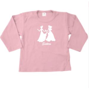 """Tweelingen, maar ook zusjes dragen vaak kleding die bij elkaar past, hoe mooi is dit shirtje voor jouw meisjes met de tekst """"Sisters"""" en afbeelding van 2 prinsessen"""